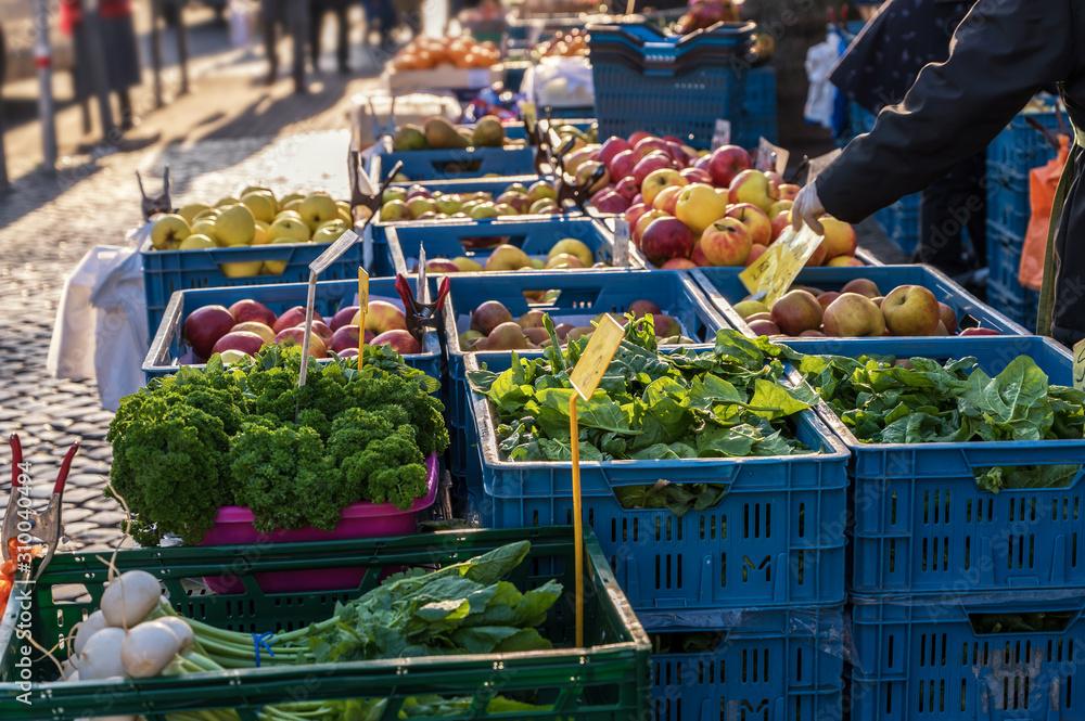 Fototapeta Verkaufsstand an einem Wochenmarkt mit frischem Obst und Gemüse