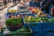 Verkaufsstand an einem Wochenmarkt mit frischem Obst und Gemüse