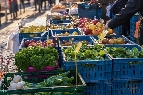 Photo Verkaufsstand an einem Wochenmarkt mit frischem Obst und Gemüse