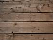 Mit Nägel befestigte Holzbalken auf einem Holzsteg