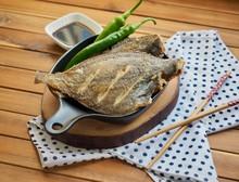 아시아 음식 가자미 구이와 녹색 고추