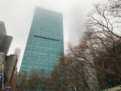 Photo New York, NY - December 14, 2019 - views on a foggy day from Bryant park overloo