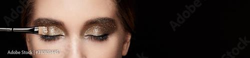 Fotografiet Makeup artist applies eye shadow