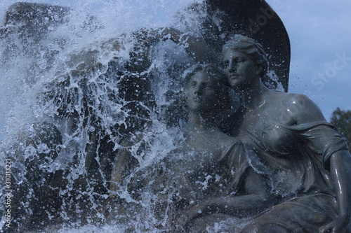 Fototapety, obrazy: Statues with water pouring on them
