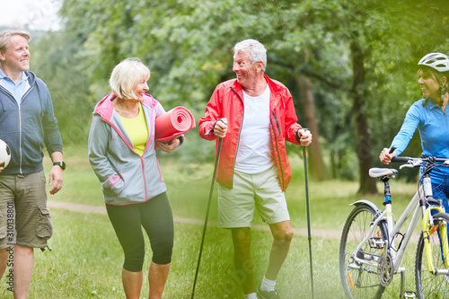 Fototapeta  Senioren im Sportverein machen Fitness