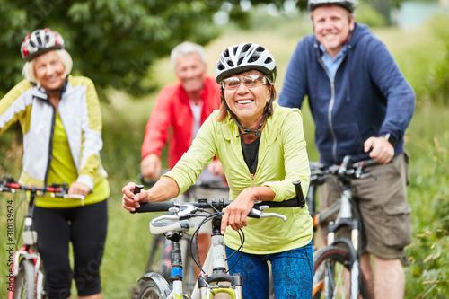 Foto Gruppe Senioren beim Fahrrad fahren