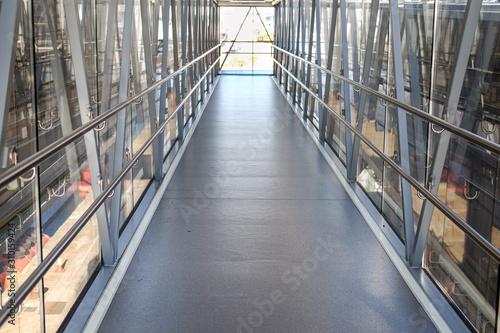 Konzept an Bord gehen: Leere Gangway am Hafenterminal zum Eingang eines Schiffes Canvas Print