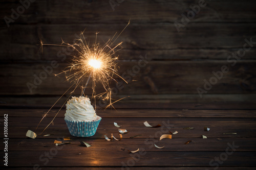 Cuadros en Lienzo birthday cake with sparkler on old wooden background