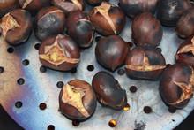 Maronen, Esskastanien Oder Chestnuts Rösten Zum Gemütlichen Törggelen In Südtirol über Offenem Feuer In Einer Pfanne