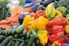 Frutta E Verdura Di Stagione - Banco Del Mercato - Zucchine E Peperoni