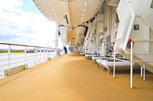 Elegante Balkonmöbel Auf Promenade Von Bootsdeck Auf Kreuzfahrtschiff - Sun Loungers And Deck Chairs On Open Outdoor Deck On Luxury Cruiseship Or Cruise Ship Liner