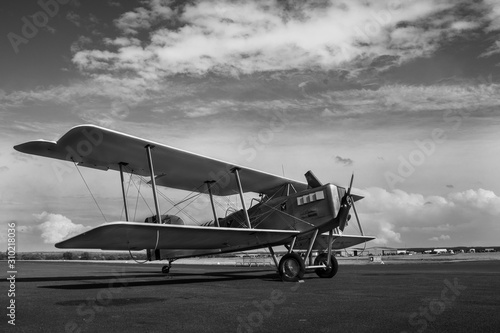Avion biplan sur le tarmac, prêt à décoller Wallpaper Mural
