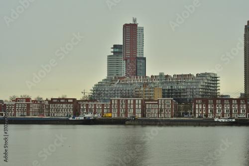 Fototapeta Panorama miasta z wieżowcami nad wodą w pochmurny dzień. obraz