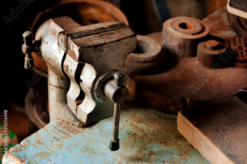 Photo old fashioned used vice in maintenance room