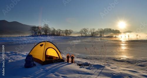 Fototapeta 冬の湖畔・雪原のキャンプ