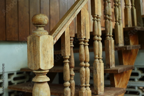 Photo wooden balustrade and banister carve design of staircase