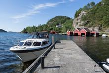 Kleine Yacht Und Rote Bootshä...