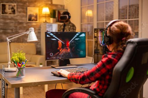 Carta da parati Professional video gamer female playing an online shooter game