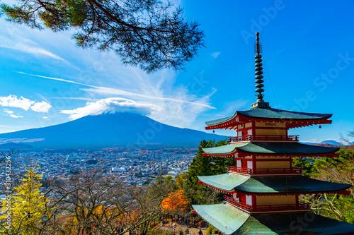 Stampa su Tela  Beautiful view from Chureito Pagoda in Autumn season with mountain Fuji wearing hat in the background