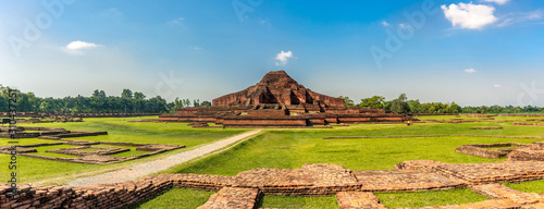 Foto Panoramic view at the Ancient ruins of Monastery Somapura Mahavihara in Paharapu