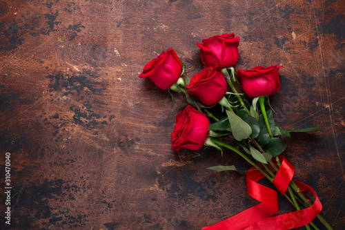 Fototapeta Red rose flowers bouquet on wooden background Valentine's day greeting card Copy space Top view obraz