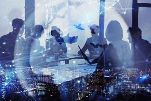 Fotomural Network background concept with business people silhouette and city skyline at night