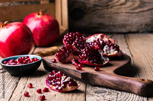Photo Fresh ripe whole pomegranates,  opened pomegranate  and  seeds