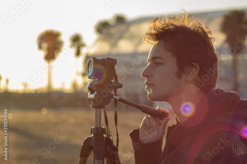 Fotografia, Obraz  Hombre haciendo fotografías en la playa
