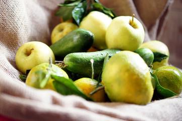 Raccolto di frutta fresca sul sacco di juta. Mele, mandarini e cetrioli