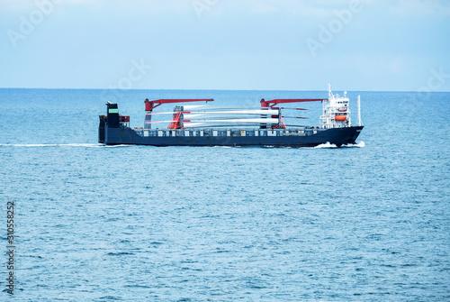 Transport von mehreren Rotorblättern für Windräder mit dem Schiff auf dem Meer Canvas Print