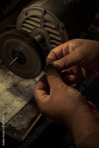 Photo artesano anillo manual trabajo pulir