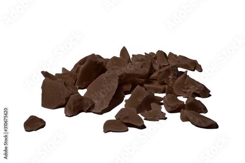 Fotografía Broken chocolate pieces ingredients for making chocolate.
