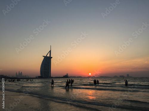 Photo Burj Al Arab Hotel with the beach at sunset