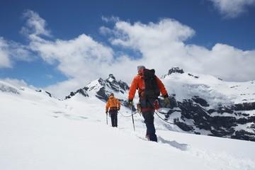 Planinari pridruženi sigurnosnom linijom u snježnim planinama