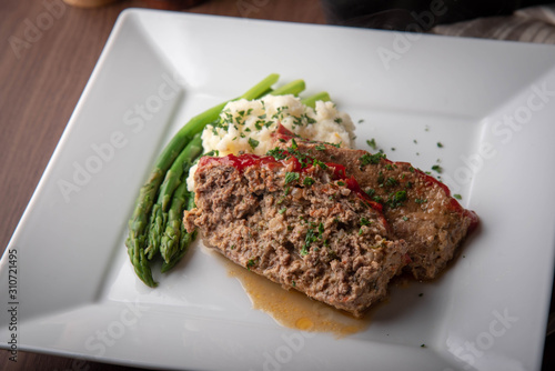 Photo meat loaf with mashed potato and asparagus