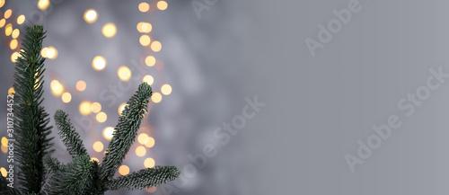 Fotografia  Weihnachtlicher Hintergrund mit Tannenzweig