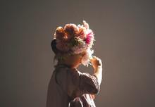 花飾りをつけた少女