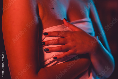 Fotomural Close up on midsection of young sensual woman covered breasts holding hand white