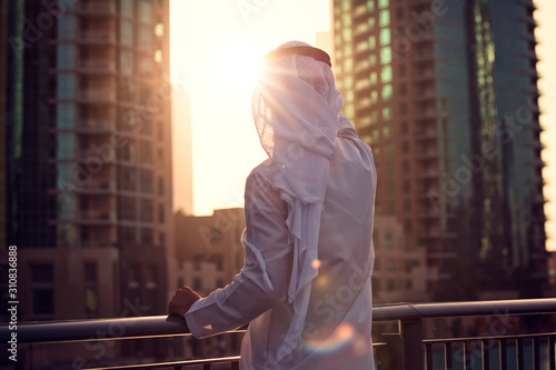Photo Arabic man looking to the sunrise, sunset Dubai