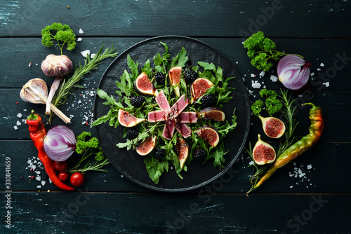 Photo Arugula salad, tuna fillet and figs with blackberry berries