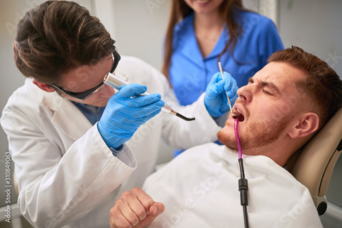 Carta da parati Male patient at dentist having toothache