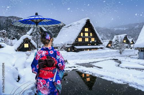 Canvastavla Asian woman wearing japanese traditional kimono at Shirakawa-go village in winter, UNESCO world heritage sites, Japan