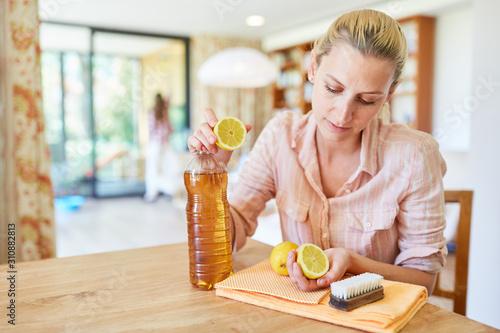 Photo Hausfrau mischt ein Hausmittel zum putzen