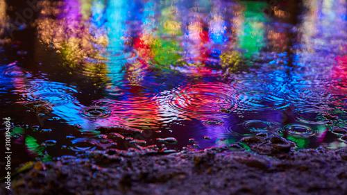 Fototapeta Reflexion im Wasser mit bunten Farben und Lichtern