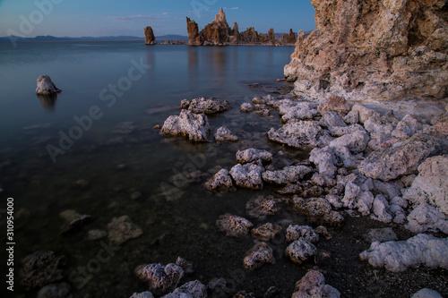 Fotografía Mono Lake with tufa towers at sunset