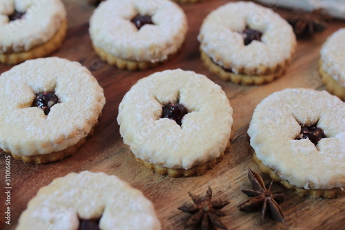 Photo Close-up of traditional linzer cookies on the wooden background
