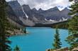 Moraine Lake mit Blick auf die Five Glacier in Alberta, Kanada