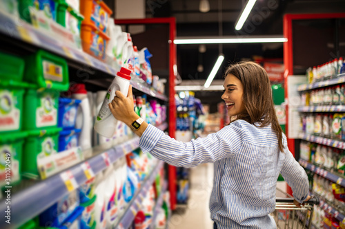 Photo Casual woman choosing food from shelf in supermarket