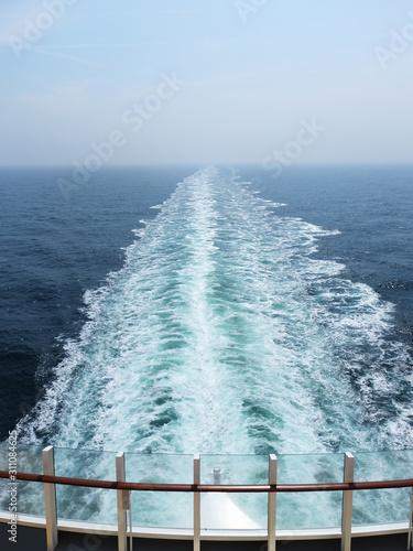 Fantastischer Blick auf den Ozean, den Horizont und das Fahrwasser des Schiffes Fototapeta