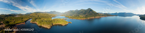 Foto  Beautiful Aerial Panoramic View of Kennedy Lake during a vibrant sunny day
